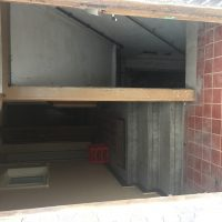 Eingang, rechts in den Keller, links ins Erdgeschoss