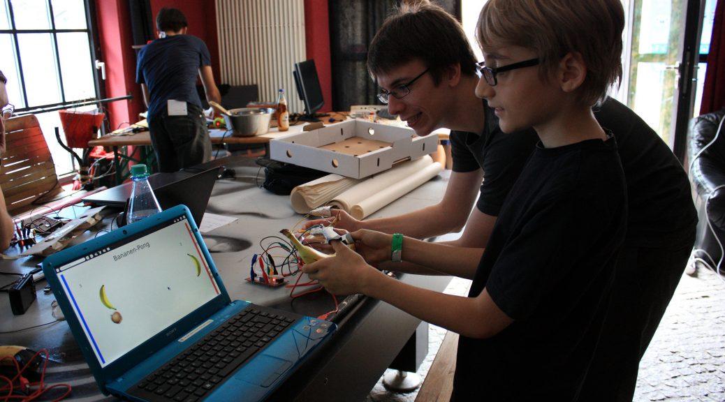zwei Jugendliche bei Jugend hackt